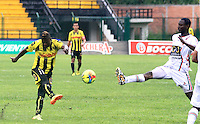 FLORIDABLANCA -COLOMBIA, 28-09-2014.  Dairon Asprilla (Izq) jugador de Alianza Petrolera disputa el balón con Avimiled Rivas (Der) de Patriotas FC durante encuentro  por la fecha 12 de la Liga Postobon II 2014 disputado en el estadio Alvaro Gómez Hurtado de la ciudad de Floridablanca./ Dairon Asprilla (L) player of Alianza Petrolera fights for the ball with Avimiled Rivas (R) player of Patriotas FC during match for the 12th date of the Postobon League II 2014 played at Alvaro Gomez Hurtado stadium in Floridablanca city Photo:VizzorImage / Duncan Bustamante / STR