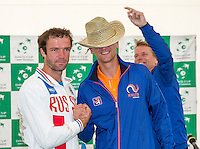 Moscow, Russia, 14 th July, 2016, Tennis,  Davis Cup Russia-Netherlands, The draw,  Teymuraz Gabashvili (RUS) v Thiemo de Bakker (NED) (R) in the second match, captain Jan Siemerink jokes with a had<br /> Photo: Henk Koster/tennisimages.com
