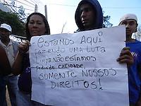 SAO PAULO - SP - 27  DE SETEMBRO DE 2013 - PROTESTO/MARGINAL TIETÊ - GERAL - Manifestantes bloqueiam todas as pistas da marginal Tietê, no sentido Rodovia Ayrton Senna, em São Paulo, no início da tarde desta sexta-feira (27). Eles atearam fogo em pneus e em pedaços de madeira para impedir a passagem dos carros nas proximidades da Ponte Orestes Quércia. O tráfego começou a ser liberado por volta das 15h10. O protesto ocorria ao lado de uma ocupação organizada por movimentos a favor de moradias populares. (Foto: Mauricio Camargo/Brazil Photo Press)