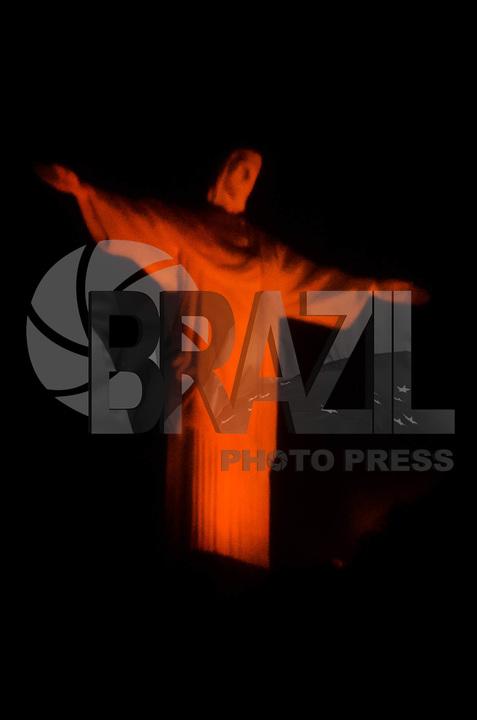 RIO DE JANEIRO, RJ, 04.04.2018 - CRISTO-RJ, Iluminação especial Cristo Redentor na região sul do Rio de Janeiro nesta quarta-feira, 04. (Foto: Vanessa Ataliba/Brazil Photo Press)