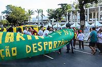 RIO DE JANEIRO, RJ, 02 DE JUNHO DE 2013 -MANIFESTAÇÃO NO MARACANÃ - JOGO BRASIL X INGLATERRA-  Manifestantes protestam em frente ao Maracanã antes da partida entre Brasil x Inglaterra, na tarde deste domingo, 02 de junho, no Maracanã, zona norte, do Rio de Janeiro.FOTO:MARCELO FONSECA/BRAZIL PHOTO PRESS