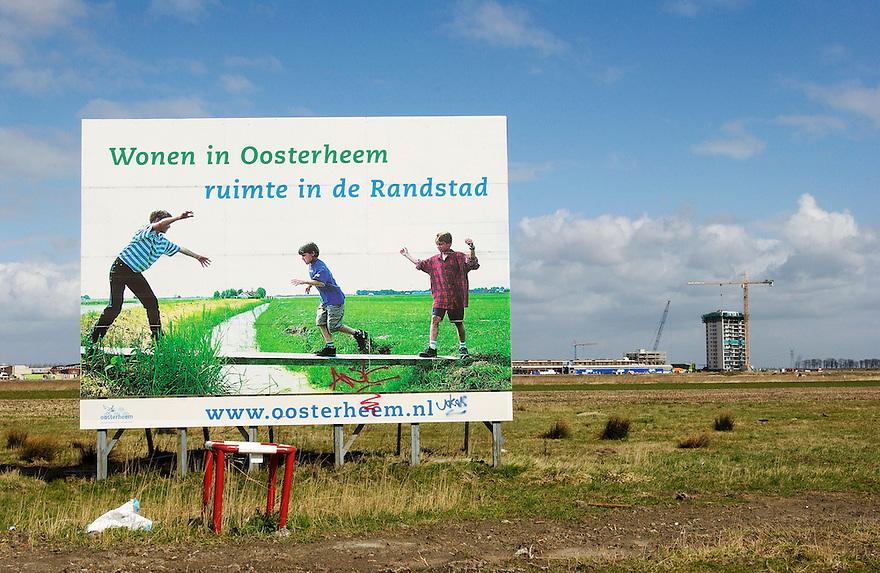 Nederland, Zoetermeer, 3 april 2003<br />Lokatie voor nieuwbouw, vinex<br />Braakliggende grond met op achtergrond woontoren en laagbouw in aanbouw. Bord met reklame voor de komende woonwijk.<br /><br />woningbouw<br /><br />Foto (c) Michiel Wijnbergh/Hollandse Hoogte