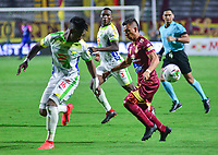 IBAGUE - COLOMBIA, 08-09-2019: Alex Castro del Tolima disputa el balón con Jean Carlos Pesta?a de Huila durante partido entre Deportes Tolima y Atlético Huila por la fecha 10 de la Liga Águila II 2019 jugado en el estadio Manuel Murillo Toro de la ciudad de Ibagué. / Alex Castro of Tolima vies for the ball with Jean Carlos Pesta?a of Huila during match between Deportes Tolima and Atletico Huila for the date 10 as part Aguila League II 2019 played at Manuel Murillo Toro stadium in Ibague city. Photo: VizzorImage / Juan Carlos Escobar / Cont