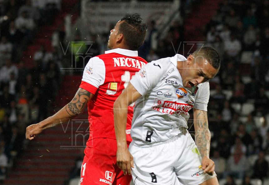 MANIZALES -COLOMBIA, 26-04-2014. Harrison Henao (Der.) de Once Caldas disputa el balón con Wilmer Medina (Izq.) de Independiente Santa Fe  válido por los cuartos de Final de la Liga Postobón I 2014 jugado en el estadio Palogrande de la ciudad de Manizales./ Once Caldas player Harrison Henao ( R) fights for the ball with Independiente Santa Fe player Wilmer Medina (L) during match for the quarter-finals of the Postobon  League I 2014 at Palogrande stadium in Manizales city. Photo: VizzorImage/Santiago Osorio/STR