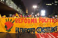 SAO PAULO, SP - 04.11.2014 - ATO PELA REFORMA POLITICA - Lideranças do movimento Juntos do Psol, UNE e outras legendas se reúnem no MASP em ato pela reforma política no final da tarde desta terça-feira (4). O ato interdita uma das faixas da Av. Paulista e o trânsito segue congestionado.<br /> <br /> (Foto: Fabricio Bomjardim / Brazil Photo Press)