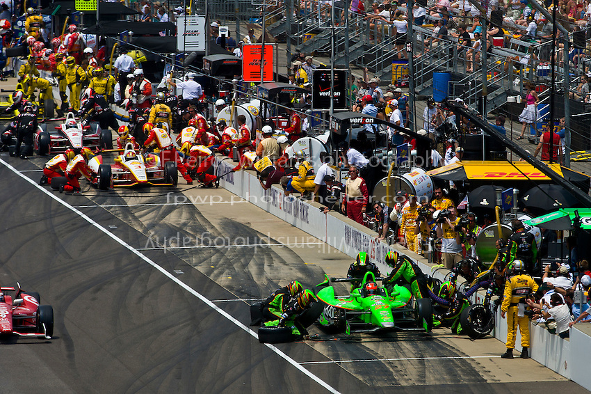 James Hinchcliffe (#27), Helio Castroneves (#3) and Ryan Briscoe (#2) make pit stops.