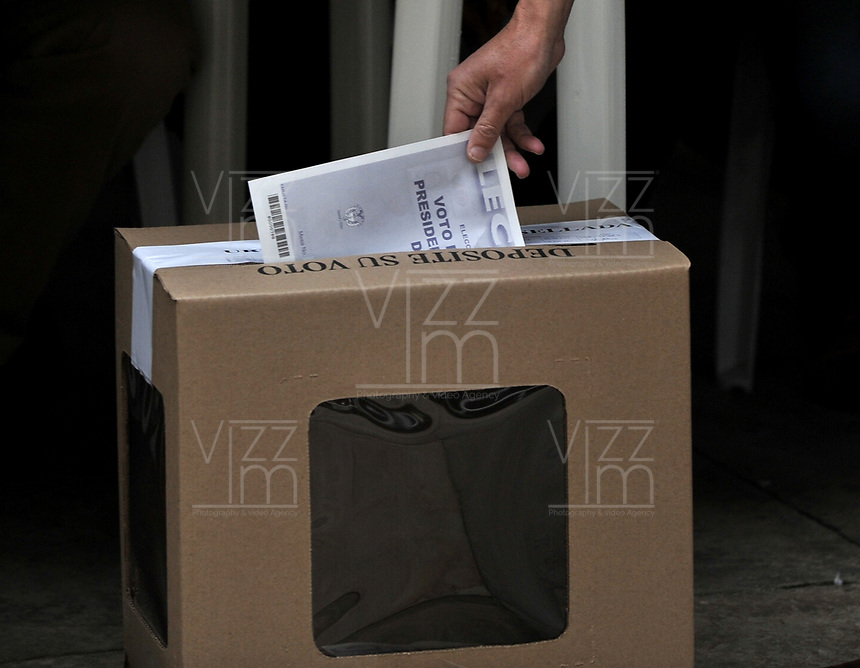 BOGOTÁ – COLOMBIA, 27-05-2018: Ciudadanos colombianos ejercen su derecho al voto en La Plaza de Bolívar, durante la jornada de elecciones Presidenciales para el periodo 2018-2022. / Colombian citizens exercise their right to vote in the Plaza de Bolívar, during the presidential election day for the period 2018-2022. Photo: VizzorImage/ Luis Ramirez / Staff.