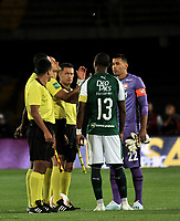 BOGOTÁ-COLOMBIA, 13-01-2020: Edilson Ariza, árbitro con los capitanes Leandro Castellanos de Independiente Santa Fe y Juan Camilo Angulo de Deportivo Cali, antes de partido entre Independiente Santa Fe y Deportivo Cali, por el Torneo ESPN 2020, jugado en el estadio Nemesio Camacho El Campin de la ciudad de Bogota. / Edilson Ariza, referee with Leandro Castellanos of Independiente Santa Fe and Juan Camilo Angulo of Deportivo Cali, prior a match between Independiente Santa Fe and Deportivo Cali, for the ESPN Tournament 2020, played at the Nemesio Camacho El Campin stadium in the city of Bogota. Photo: VizzorImage / Luis Ramírez / Staff.