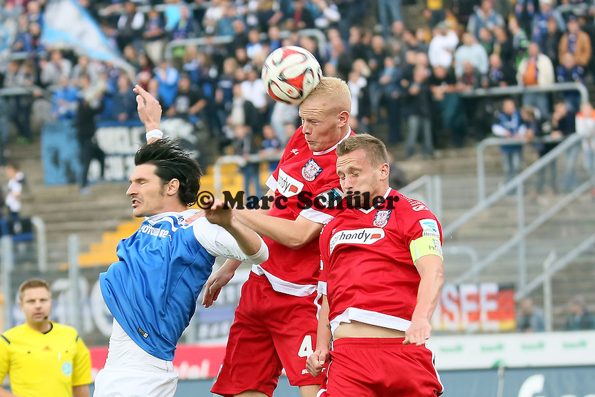 Tom Beugelsdijk (FSV) klaert vor Dominik Stroh-Engel (SV98) - SV Darmstadt 98 vs. FSV Frankfurt, Stadion am Boellenfalltor