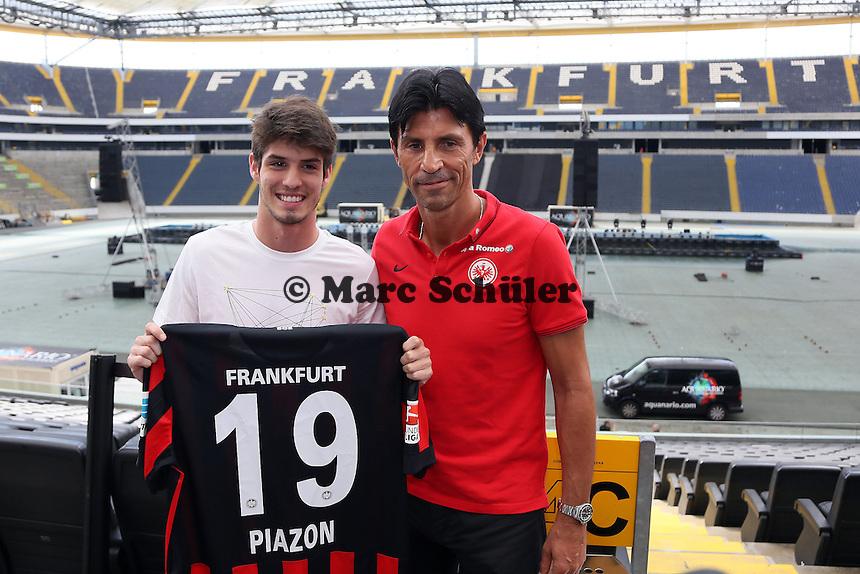 Neuzugang Lucas Piazon wird von Eintracht Frankfurt in der Commerzbank Arena vorgestellt mit Sportmanager Bruno Hübner