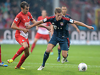 Fussball  1. Bundesliga  Saison 2013/2014  4. Spieltag SC Freiburg - FC Bayern Muenchen        27.08.2013 Toni Kroos (re, FC Bayern Muenchen) gegen Julian Schuster (SC Freiburg)