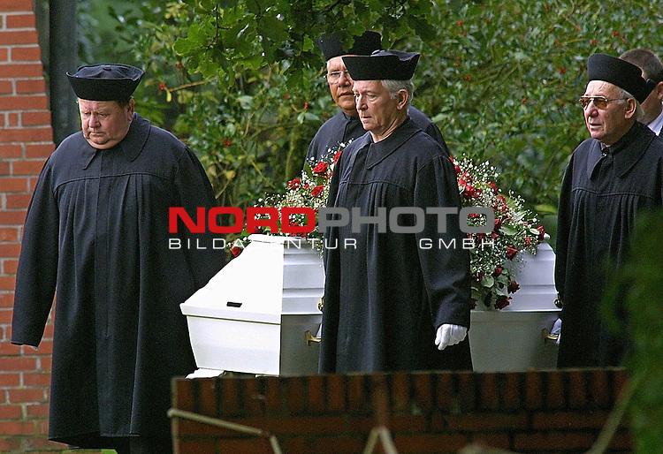 Am Donnerstag vormittag wurde der neuenjaehrige Dennis Klein auf dem Friedhof Werschenrege (Kreis Osterholz) zu Grabe getragen. Die Trauerfeier in der Kirche ,, Zum Heiligen Kreuz &quot; sowie die Beisetzung dand unter strenger Polizekontrolle statt.<br /> Dem weissen Sarg folgte die Mutter von Dennis Barbette Klein<br /> <br /> [Foto &copy; nordphoto -  Foto ist honorarpflichtig! zzgl. gesetzl. MwSt.<br />  Belegexemplar erforderlich<br /> Adresse: nordphoto<br /> Georg-Reinke-Strasse 1<br /> 49377 Vechta