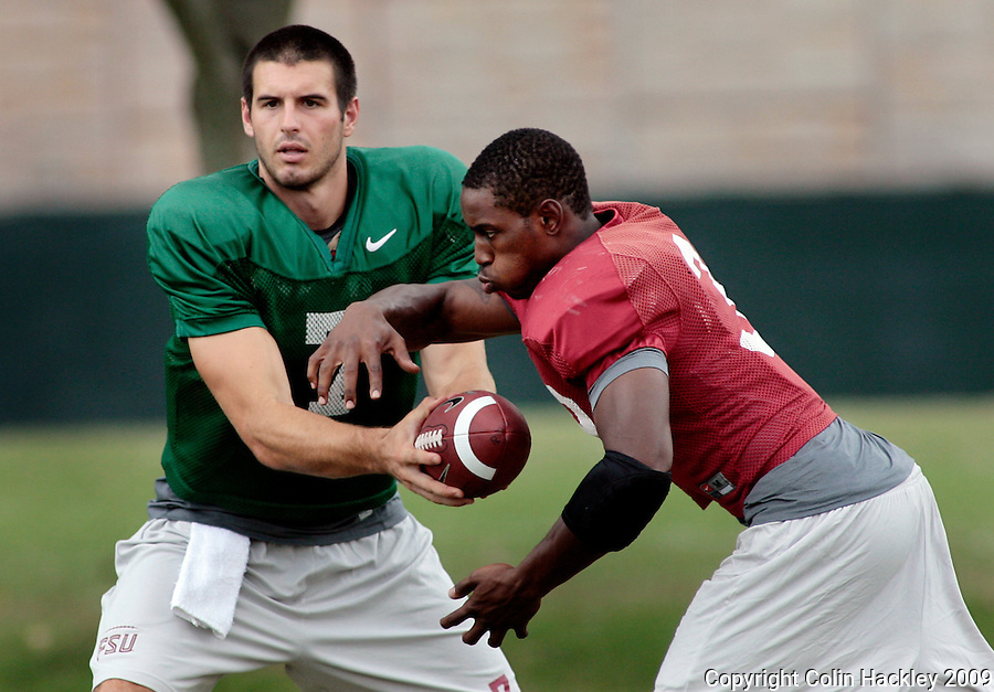 TALLAHASSEE, FL. 8/14/09-FSU-PONDER 0814 CH02-Florida State quarterback Christian Ponder hands off to Jermaine Thomas during practice Friday in Tallahassee...COLIN HACKLEY PHOTO
