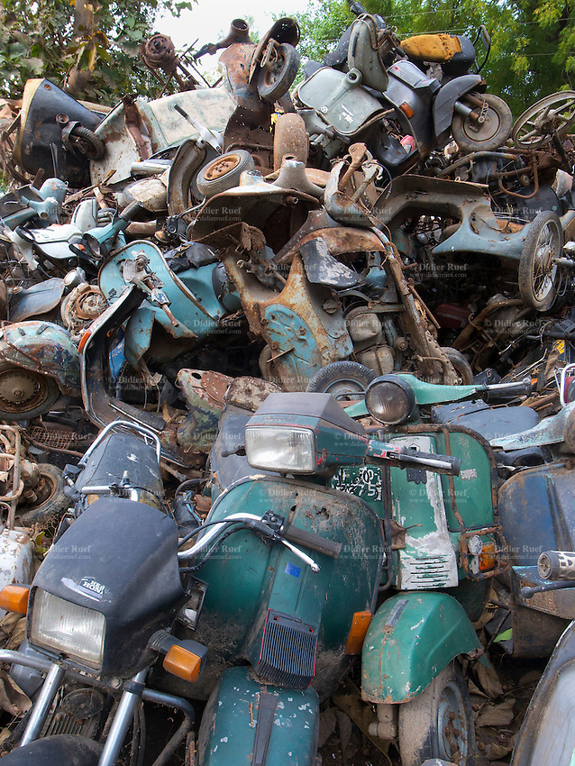 India. Uttar Pradesh state. Allahabad. Scrapyard with old derelict Vespa, motorcycles, bicycles and cars. Uttar Pradesh (abbreviated U.P.) is a state located in northern India. 24.02.13 © 2013 Didier Ruef??