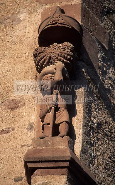 Europe/France/Midi-Pyrénées/12/Aveyron/Vallée de l'Aveyron/Rodez : Maison de Benoit (Une galerie gothique occupe deux des côtés de la cour de cette demeure Renaissance) - Détail vendangeur