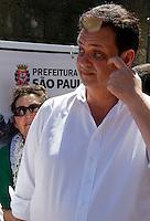 S&Atilde;O PAULO,SP,04 JANEIRO 2012 - KASSAB PAVIMENTA&Ccedil;&Atilde;O AV SAPOPEMBA<br />  O prefeito de S&atilde;o Paulo Gilberto Kassab acompanhou na manh&atilde; de hoje (04) a pavimenta&ccedil;&atilde;o de trecho da avenida Sapopemba com material reciclado da demoli&ccedil;&atilde;o do pr&eacute;dio do antigo Moinho. FOTO ALE VIANNA - NEWS FREE.
