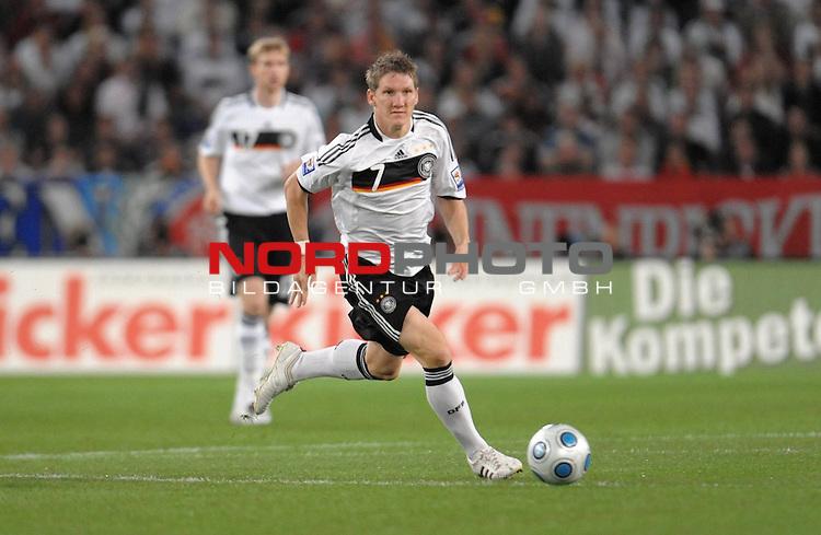 Fussball, L&auml;nderspiel, WM 2010 Qualifikation Gruppe 4 in D&uuml;sseldorf<br />  Deutschland (GER) vs. Aserbaidschan ( AZE )<br /> <br /> Bastian Schweinsteiger ( Ger /  Bayern Muenchen #7)<br /> <br /> <br /> Foto &copy; nph (  nordphoto  )<br />  *** Local Caption *** <br /> <br /> Fotos sind ohne vorherigen schriftliche Zustimmung ausschliesslich f&uuml;r redaktionelle Publikationszwecke zu verwenden.<br /> Auf Anfrage in hoeherer Qualitaet/Aufloesung