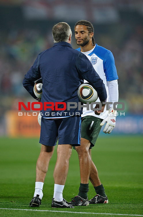 12.06.2010, Royal Bafokeng Stadium, Rustenburg, RSA, FIFA WM 2010, England (ENG) vs USA (USA), im BildEnglands David James speak with Goalkeeping coach Ray Clemence during the warm up,  Foto: nph /    Mark Atkins *** Local Caption *** Fotos sind ohne vorherigen schriftliche Zustimmung ausschliesslich f&uuml;r redaktionelle Publikationszwecke zu verwenden.<br /> <br /> Auf Anfrage in hoeherer Qualitaet/Aufloesung