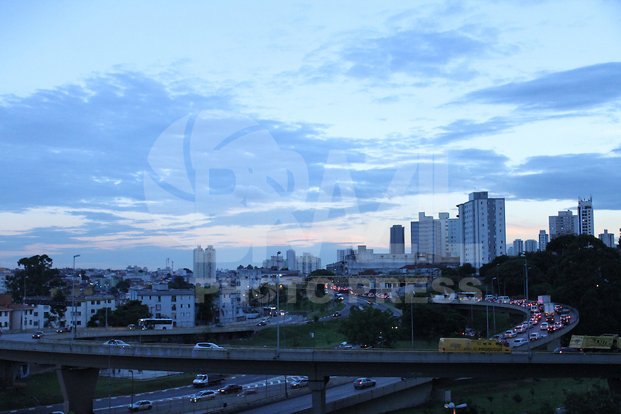 SÃO PAULO 12 DE MARÇO DE 2013 - CLIMA TEMPO CAPITAL PAULISTA - Final de tarde no bairro do Ipiranga na região sul da capital paulista nesta tarde de terça-feira dia 12. FOTOS: MICHELLE SPREA/ BRAZIL PHOTO PRESS