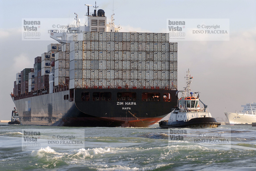 - container ship enter in Livorno harbour....- nave portacontainer entra nel porto di Livorno