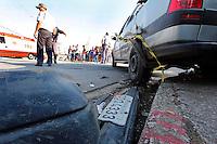 MOGI DAS CRUZES, SP, 03 DE JANEIRO DE 2011 - TRANSITO ACIDENTE AUTO X AUTO - Dois carros se chocaram, bateram em um poste e atingiram um pedestre, no cruzamento das ruas Santa Ifigênia com a rua Santa Cecilia no bairro Braz Cubas em Mogi das Cruzes, na grande Sao Paulo. A vítima foi encaminha ao hospital Luzia de Pinho Mello também no município. (FOTO: WARLEY LEITE - NEWS FREE).
