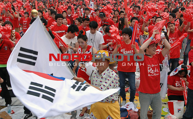 17.06.2010, Seoul, KOR, FIFA WM 2010, South Korea soccer fans in Seoul, im Bild South Korea soccer fans cheer South Korea team before FIFA 2010 World Cup group B match between South Korea and Argentina in Seoul. About three hundred thousand South Korean fans gathered in the city square for the match but Argentina beat South Korea by 4:1.  Foto: nph /    Penta *** Local Caption *** Fotos sind ohne vorherigen schriftliche Zustimmung ausschliesslich f&uuml;r redaktionelle Publikationszwecke zu verwenden.<br /> <br /> Auf Anfrage in hoeherer Qualitaet/Aufloesung
