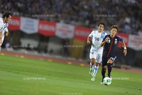 (R-L) Yoichiro Kakitani (JPN), Nicolas Lodeiro (URU),<br /> AUGUST 14, 2013 - Football / Soccer :<br /> Kirin Challenge Cup 2013 match between Japan 2-4 Uruguay at Miyagi Stadium in Miyagi, Japan. (Photo by Takahisa Hirano/AFLO)
