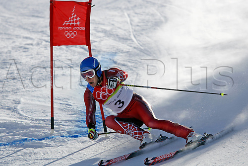 20 February 2006: Austrian skier Benjamin Raich (AUT) rounds a gate during his first run in the Men's Giant Slalom at the Sestriere sub-area Colle during the 2006 Turin Winter Olympics. Raich finished in first place. Photo: Neil Tingle/actionplus..060220 torino male man men ski skiing snow
