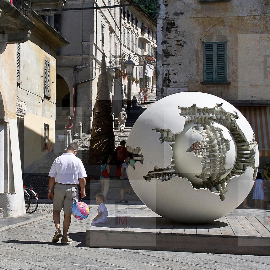 Scultura  di Arnaldo Pomodoro: sfera con sfera 1979-1980.fiberglass ø 250 cm...Sculpture of Arnaldo Pomodoro: Sphere within a sphere 1979-1980.Fiberglass ø 250 cm.