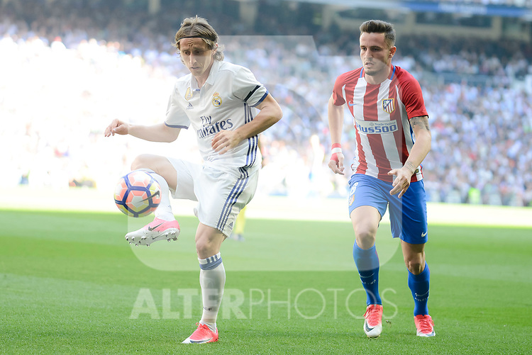 Real Madrid's Luka Modric and Atletico de Madrid's Sa&uacute;l &Ntilde;&iacute;gez during La Liga match between Real Madrid and Atletico de Madrid at Santiago Bernabeu Stadium in Madrid, April 08, 2017. Spain.<br /> (ALTERPHOTOS/BorjaB.Hojas)