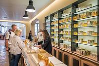France, Provence-Alpes-Côte d'Azur, Grasse: at Perfume-Shop of Perfumery Fragonard   Frankreich, Provence-Alpes-Côte d'Azur, Grasse: im Parfum-Shop der Parfumerie Fragonard