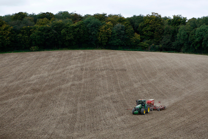 Photo: Richard Lane/Richard Lane Photography..A John Deere 7930 pulls a Horsch Sprinter ST 6 metre seed drill sowing winter wheat near Little Missenden in the Chiltern Hill, South Buckinghamshire. 29/09/2008.