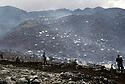 Irak 1991.Les Kurdes campant à la frontiere Irak- Turquie et soldats turques gardant la frontière.Iraq 1991.Kurdish refugees on the border Iraq-Turkey and Turkish soldiers on the border