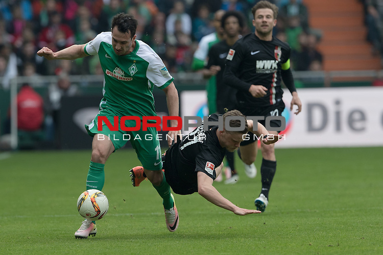 09.04.2016, Weser Stadion, Bremen, GER, 1.FBL. Werder Bremen vs FC Augbsurg, im Bild<br /> <br /> Levin &Ouml;ztunali / Oeztunali (Bremen #11)<br /> Philipp Max (FC Augsburg #31)<br /> <br /> Foto &copy; nordphoto / Kokenge