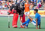 UTRECHT - Terrance Pieters (Kampong) met keeper Maurits Visser (Bldaal)    tijdens de hoofdklasse competitiewedstrijd mannen, Kampong-Bloemendaal (2-2) . ) . COPYRIGHT KOEN SUYK