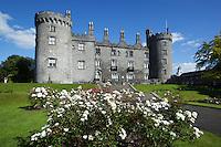Ireland, County Kilkenny, Kilkenny: medieval Kilkenny Castle with rose garden | Irland, County Kilkenny, Kilkenny: mittelalterliches Schloss Kilkenny Castle mit Rosengarten