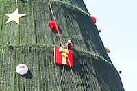ATENCAO EDITOR: FOTO EMBARGADA PARA VEICULO INTERNACIONAL - SAO PAULO, SP, 06 DEZEMBRO 2012 - MONTAGEM ARVORE DE NATAL DO  IBIRAPUERA -  Operarios colocando os enfeites e concluindo a montagem da arvore de natal do Ibirapuera para a sua inauguracao no domingo dia 9 na zona sul da capital paulista nessa quinta, 06. (FOTO: LEVY RIBEIRO / BRAZIL PHOTO PRESS)..
