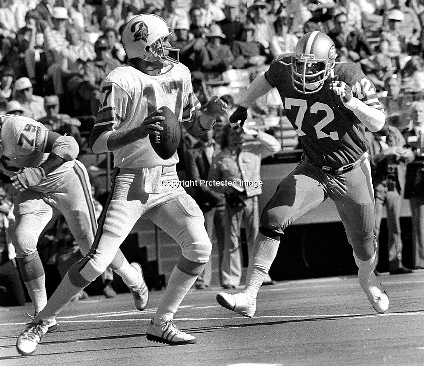 S.F 49ers Cleveland Elam rushes Tampa Bay Bucs QB Jeb Blount. (1977 Photo/Ron Riesterer)