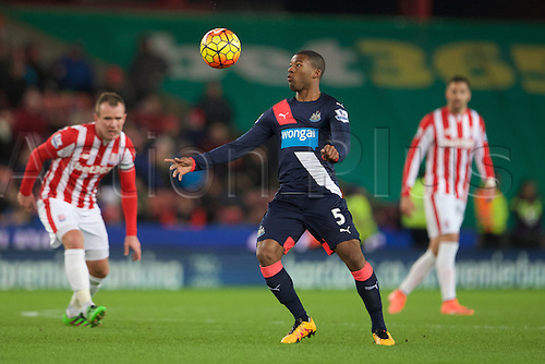 02.03.2016. The Britannia Stadium, Stoke, England. Barclays Premier League. Stoke City versus Newcastle United. Newcastle United midfielder Georginio Wijnaldum chests the ball.