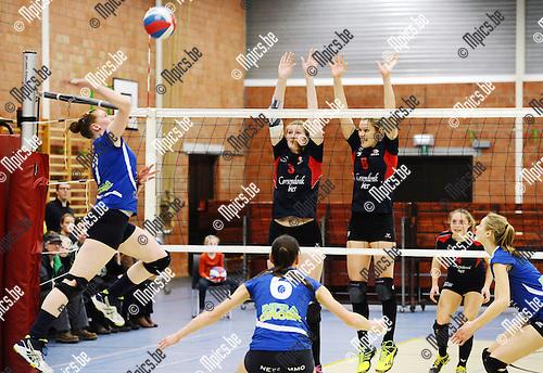 2016-02-20 / Volleybal / Seizoen 2015-2016 / Turnhout - Fixit Kalmthout / Angelieke Vergeer en Griet Stevens (r. Lions Groot Turnhout) proberen de aanval van Catherine Bonte af te stoppen<br /> <br /> Foto: Mpics.be