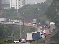 SÃO PAULO 08 DE MARÇO DE 2013 - TRANSITO -  Chuva causa lentidão  na Rodovia Tancredo Neves sentido Anchieta, na zona sul, nessa sexta feira dia 08. FOTO: MICHELLE SPREA/BRAZIL PHOTO PRESS