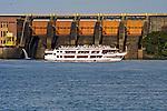 Barco de turismo e eclusa do Rio Tiete em Barra Bonita. Sao Paulo. 2013. Foto de  Alf Ribeiro.