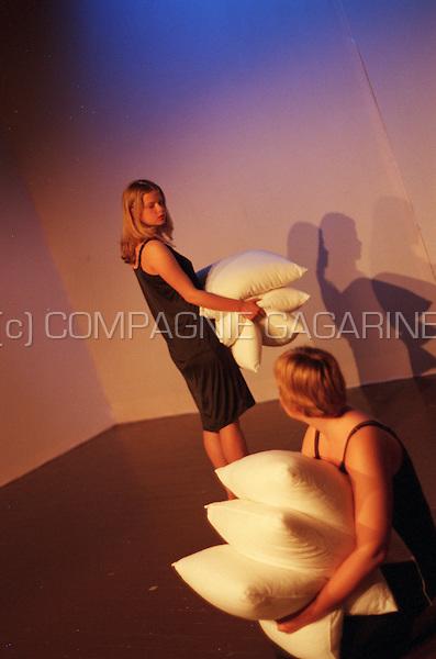 Theatre company De Reynaertghesellen playing De Meisjeskamer from Geertrui Daem directed by Tamara Lenaerts (Belgium, 27/04/2000)