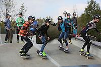 Teilnehmer des Workshops üben das Herabfahren des  Hügels