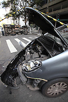 SAO PAULO, SP, 28/07/2012, ACID. AL. SANTOS. Dois veiculos colidiram na Al. Santos cruzamento com a Rua Peixoto Gomide, um deles chegou a tombar. O motorista do utilitario ficou ferido e foi socorrido a hospital da regiao. Luiz Guarnieri/ Brazil Photo Press.