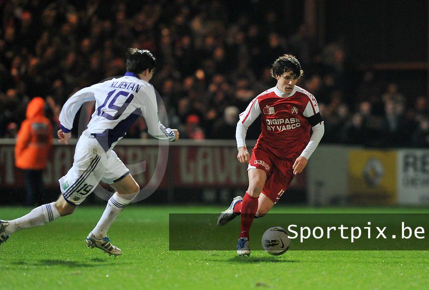 KV Kortrijk - RSC Anderlecht : Gertjan De Mets aan de bal voor Sacha Kljestan.foto VDB / BART VANDENBROUCKE