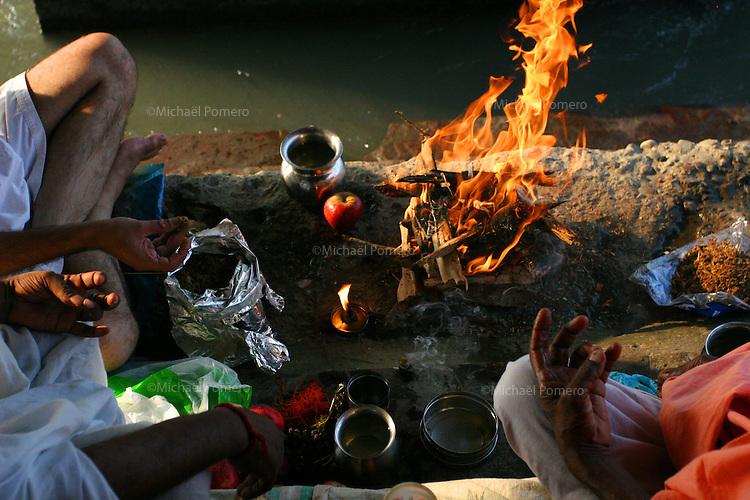 03.10.2005 Haridwar(Uttarakhand)<br /> <br /> Men performing puja near the Ganga river during a mela(spiritual meeting).<br /> <br /> Hommes en train de faire une puja pres du Gange pendant une mela(rassemblement spirituel).