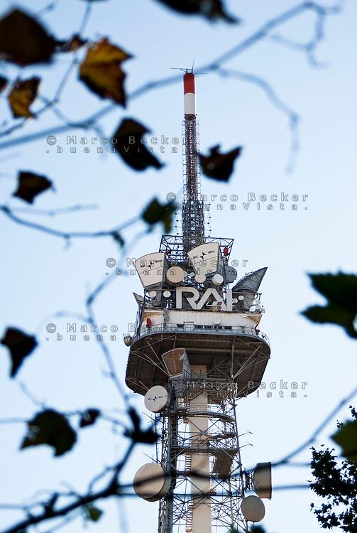 Milano, antenna della RAI, Radio Televisione Italiana, in corso Sempione. Foglie --- Milan, antenna of RAI, Italian Radio Television, in Sempione avenue. Leaves