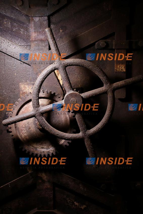 la porta blindata<br /> Roma 24-03-2016 Da sabato apre, dopo 70 anni di abbandono, il bunker reale, appartenente alla famiglia Savoia. Il bunker fu realizzato presumibilmente intorno al 1940-42, ad una distanza di circa 350m dalla palazzina reale, dentro Villa Ada. L'entrata del bunker, che si trova al livello stradale, permetteva l'entrata delle automobili. La struttura, situata a 200m di profondit&agrave;', ha una struttura circolare. Il bunker aveva un sistema di riciclo e deputazione dell'aria, che permetteva un totale isolamento anche in assenza di energia elettrica. Il sistema di filtraggio veniva azionato tramite energia cinetica, pendolando su una sorta di bicicletta. Completano il rifugio, due bagni, un'anticamera e 2 ambienti di servizio. Il bunker era dotato di una via di fuga secondaria, con l'accesso da una bellissima scala a chiocciola.<br /> Rome 24th March 2016. Opening after 70 years of the Royal bunker, belonged to the Savoy family. The bunker was built between 1940 and 1942 and was 250m far from the Royal House, inside Villa Ada park. The entry of the bunker was made to allow cars entrance. The structure was built 200m deep, inside a hill. The bunker, composed of various rooms, had a complicated system  of aeration, with filters to depurate air, even in lack of electricity. People had to ride on a bicycle to produce kinetic energy. The entrance door, a security and antigas door, has a weight of 5.300 lbs.<br /> Photo Samantha Zucchi Insidefoto