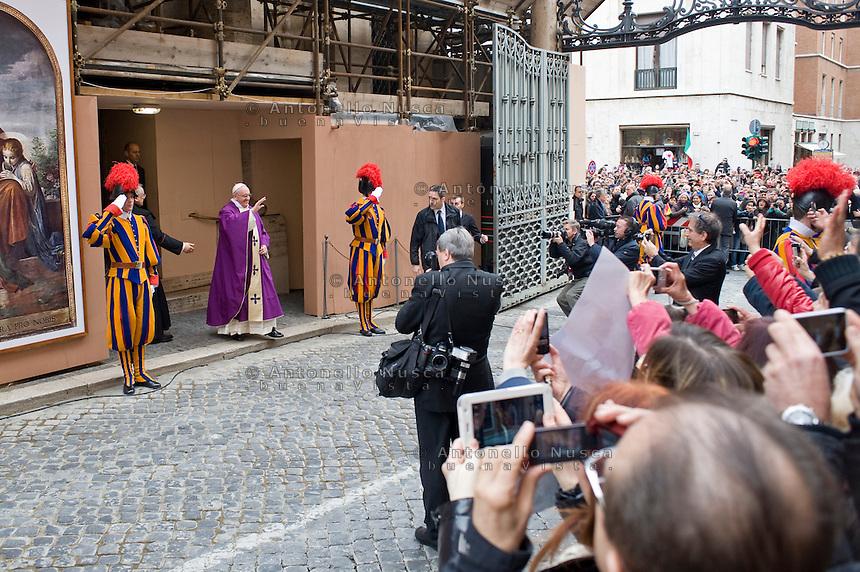 Papa Francesco esce dalla chiesa di Santa Anna dopo aver celebrato la sua prima messa da Pontefice